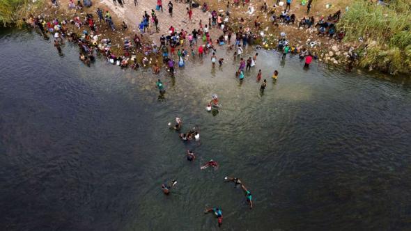 Haitianos cruzam o rio Bravo para os Estados Unidos (Julio Cortez - AFP)