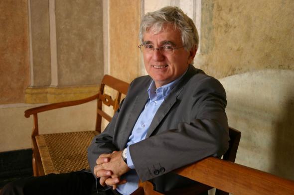 Jean-Loup Amselle, formado em antropologia social e etnologia, pesquisou no Mali, na Costa do Marfim e na Guiné.