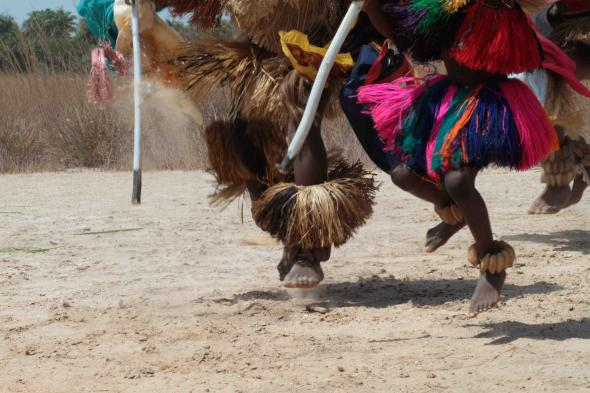 Dança masculina em cerimónia da etnia Bijagó