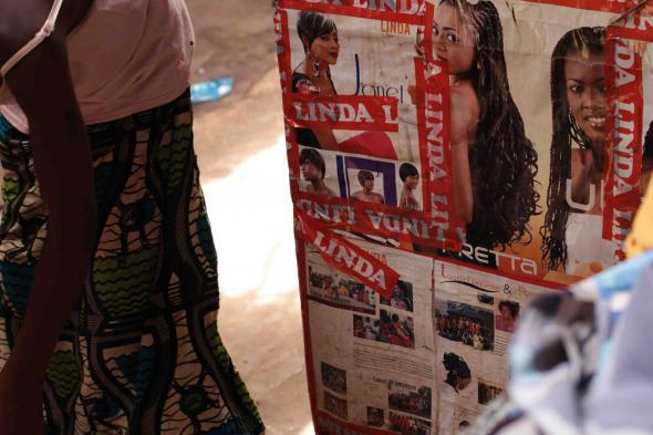 Linda, produtos para o cabelo no mercado do Bandim