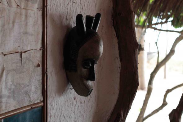 Máscara no restaurante do ilhéu de Quéré, Bijagós