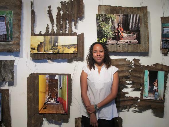 Camila de Sousa, antropóloga, junto à vídeo-instalação