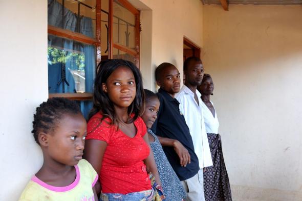 A Avó Celeste (ao fundo) perdeu três dos sete filhos devido ao HIV/SIDA. Hoje cuida dos seis netos numa casa construída pela associação Reencontro.