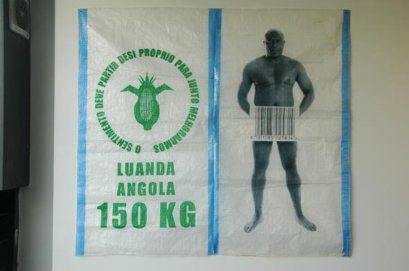 Kiluanji Kia Henda, 2008. Expired Trading Products, mixed media, photography print on woven bag,  120cm x144cm. Cortesia da Colecção Rui Costa Reis