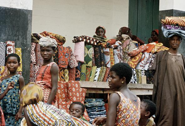 Eliot Elisofon, Cloths on display, for sale at the market. Kumasi, Ghana, 1959