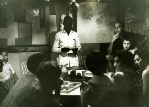 Fotografia de Malangatana e Pancho Guedes à direita, durante a Escola de Verão, Lourenço Marques/ Maputo, Janeiro de 1961. Arquivo Pancho Guedes.