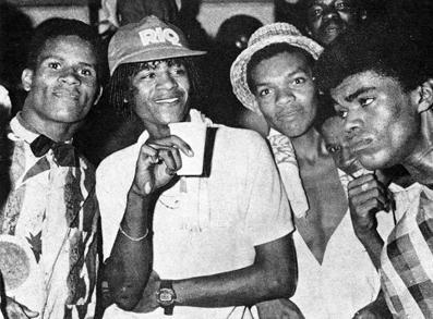 Frequentadores dos Baile Funk fotografados por Guilherme Bastos para o livro de Hermano Vianna, 1988.