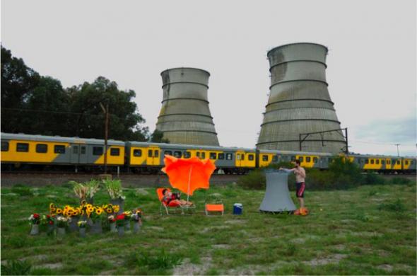 Kiluanji Kia Henda,2008. Nuclear Barbecue (da série Nuclear Garden of Mr.Young), Cape Town, 120cmx181,5cm.