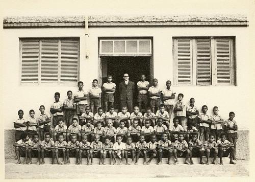 Foto dos anos 60, gentilmente cedida por Jorge Martins. Nhô Djunga, no Albergue, com as crianças