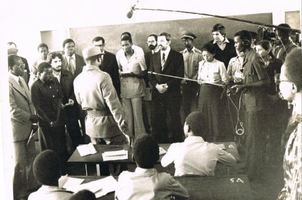 No âmbito da Ofensiva, o Presidente Machel aparece de surpresa com a sua comitiva numa escola de Maputo. À sua esquerda vê-se Carlos Cardoso. À sua frente o José Cabaço, mais à direita Miguéis Lopes Júnior. Mesmo no canto do lado direito vê-se Graça Machel.