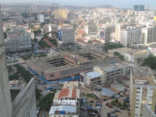 Mercado do Kinaxixi, Luanda. Fotografia de Cristina Salvador.