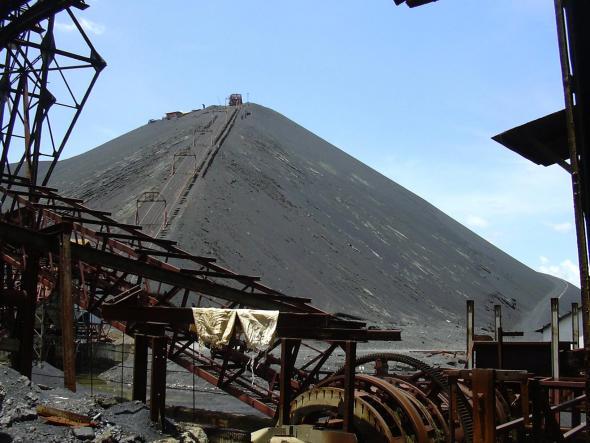 Instalações industriais abandonadas de Lubumbashi e acumulação de escória, foto de Sammy Baloji