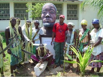 Encenação do mito, um grupo do quiná, dança tradicional dos angolares, em volta do busto do Rei Amador