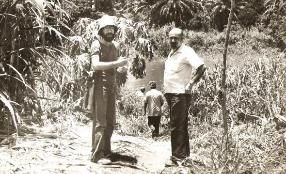 1978, com o poeta António Jacinto. Nova Oeiras, trabalho de campo.