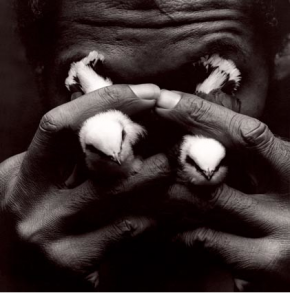 Man with Bird Tears, 1992, fotografia de Mário Cravo Neto. Catherine Edelman Gallery.