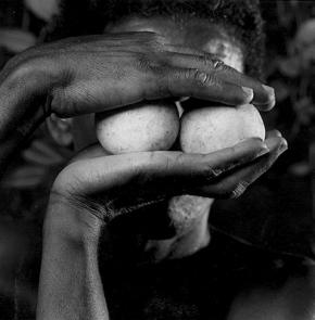 Mask 10, 1993, fotografia de Mário Cravo Neto. Catherine Edelman Gallery.
