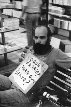 'O que é Arte? Pra que Serve?', Paulo Bruscky, registro da performance de1978.