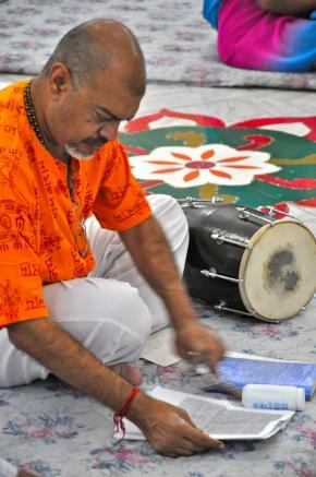 as cerimónias religiosas são preenchidas de música e cor