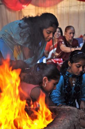 jovens da comunidade hindu durante as cerimónias de aniversário do templo de Maputo, a 8 de Maio
