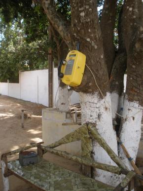 Aspecto de  cabine de telefone num bairro da periferia de Bissau