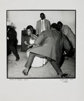 Fotografia de Malick Sidibé, Danser le TWIST, 1965-1998. Gelatina e prata. 59,5 X 50 cm.