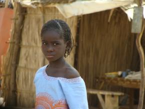 La jeune fille dans le village.