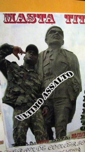 cartaz do rapper Masta Tito junto estátua de Cabral, fundador da nacionalidade guineense.