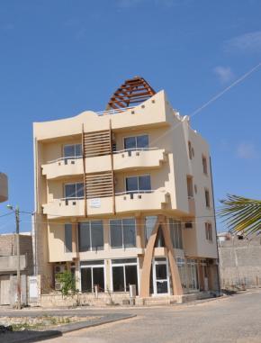 Edifício em Sal-Rei (ilha de Boa Vista) cuja cúpula é uma referência ao hotel Riu-Karamboa na mesma ilha. 2009