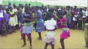 Jovens num campo de deslocados de Malange, situado em Viana