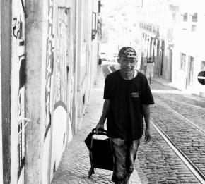 Kabasele nas ruas da Mouraria, foto de Clara Abdullah.