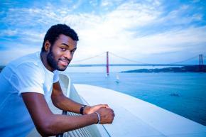 """Carlos Pereira, 25 anos, apresenta-se como """"o primeiro humorista negro"""". """"Muitos negros não aprovam, é como se fosse um desertor. É como se certas coisas não fossem para nós. Há um preconceito enorme dos negros em relação a si próprios."""" Foto Reinaldo Rodrigues/ Global Images"""