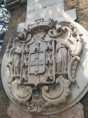 Aqui figurava um canhão evocativo da Batalha de Ambuíla (1665), que figurou no Largo Luís Lopes de Sequeira, em Luanda, até ser destruído em 1975, por ocasião da Independência, mantendo-se a base sem cabeça. Subsiste um mistério porque é que, em vez do canhão, não foi esculpida uma estátua representando Luís Lopes de Sequeira? Será que tal se deve ao facto de o homenageado se tratar de um mulato? foto de Marta Lança