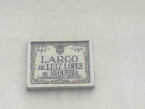 Azulejos indicativos do Largo Luís Lopes de Sequeira (ou do Atlético), inaugurado na baixa de Luanda nos anos de 1930, no lugar da antiga fortaleza de Nossa Senhora da Guia, por iniciativa da Liga Nacional Africana. foto de Marta Lança.