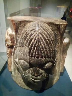 pilão Yorubá, África Ocidental c. 1920-30. Madeira esculpida. Museu da Farmácia, escolha de Inês Beleza Barreiros (palavra-chave Ciência)