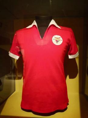 A camisola de Eusébio da Silva Ferreira, década de 60. Peça cedida pelo SLB. escolhida por Nuno Domingos.