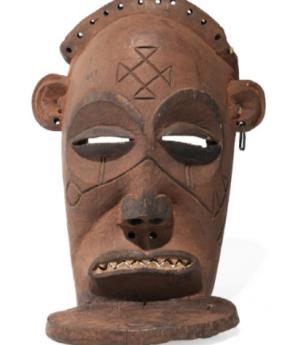 Máscara ChiongoTshokwe Angola, madeira, metal, Museu Nacional de Arqueologia