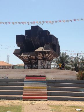 Monumento aos mártires de Pindjiguiti (massacre de 1959 que vitimou às mãos do fascismo e da sua política colonial entre 40 a 70 marinheiros e estivadores), Bissau, foto de Marta Lança 2019