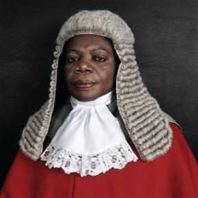 The Honourable Justice Julia Sakardie-Mensah, 2005,  Pieter Hugo, cortesia do artista e de Michael Stevenson, Cape Town