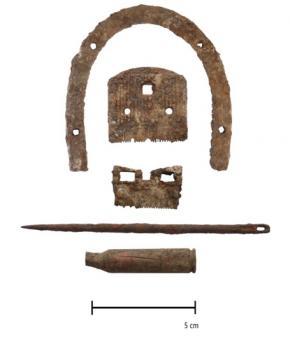Objetos encontrados na gruta de Drežničko polje, incluindo o salto de uma bota, as lâminas de uma máquina manual de cortar cabelo. O objeto de baixo é o estojo de um cartucho de espingarda de fabrico jugoslavo dos anos '30.