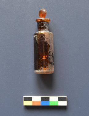 Frasco de adrenalina encontrado no interior de uma gruta associada ao hospital no. 7 do monte Javornica, Drežnica (Carlos Otero Vilariño).