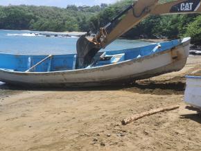Embarcação onde foram encontrados os 15 corpos à deriva em Trinidade e Tobago.
