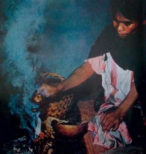 A curandeira começava as suas veladas queimando copal ritual