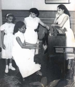 Piano audition in the Rádio Clube de Angola [in the 40s]