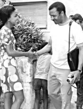 Cumprimentando Mário Coluna em 1970. Arquivo Milita.
