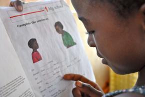 As meninas órfãs estão expostas a riscos acrescidos, incluindo abandono escolar e gravidez precoce.