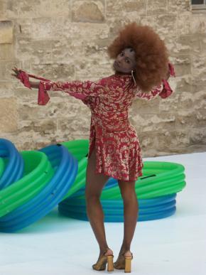 'Although I live inside... my hair will always reach towards the sun...' Robyn Orlin, bailarina - Sophiatou Kossoko, 2004 foto de Fiszer