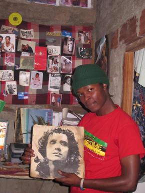 Madjer Rachid, músico e realizador de audiovisual, no mini-estúdio que improvisou na sua casa no bairro Ingohoito B