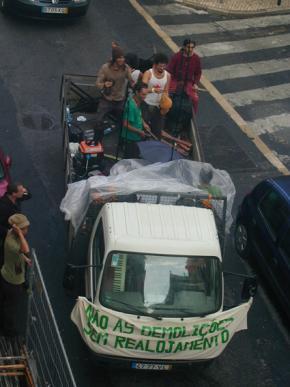 Manifestação contra as demolições sem realojamento em Lisboa, 2005. Fotografia de Cristina Salvador.