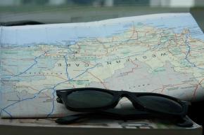 A viagem prossegue no mapa e o país no chão