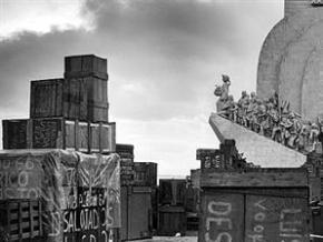 Um império encaixotado, a foto de Alfredo Cunha (1974) é simbólica. Caixotes de retornados amontoam-se junto ao Padrão dos Descobrimentos